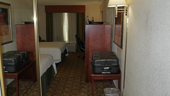 Hampton Inn Suites Valdosta Conference Center : room overview 1