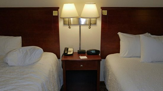 Hampton Inn Suites Valdosta Conference Center : beds and nightstand