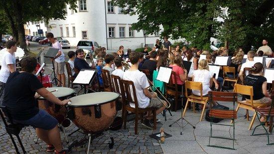 Klosterbrauhaus Ursberg: Blasmusikkonzert am Abend im Biergarten