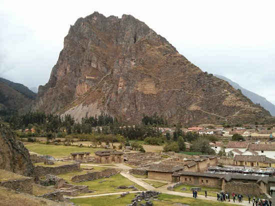 Ccapac Inka Ollanta: The town and granaries on the back