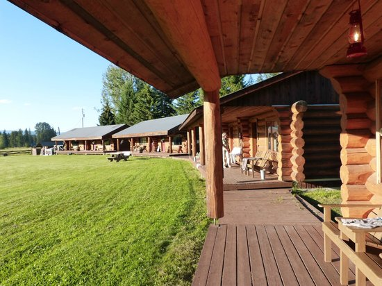 Wells Gray Guest Ranch: The big terrace of most of the rooms