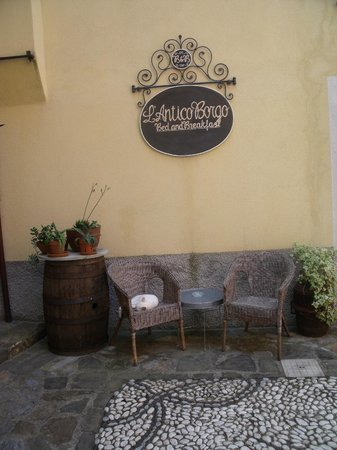 L'Antico Borgo: Entrance to the Albergo (complete with a napping cat!)