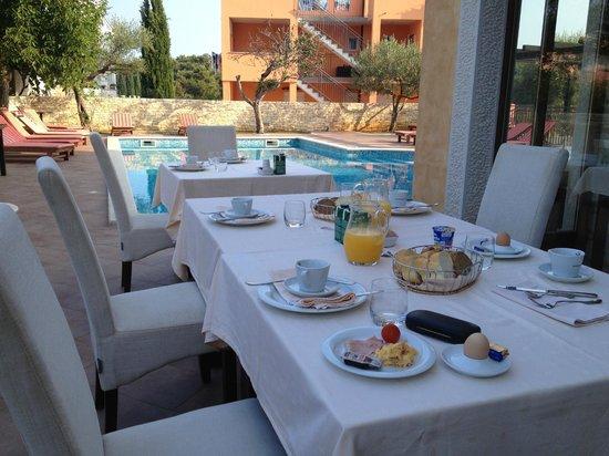 Casa Alice: Frukost vid poolen