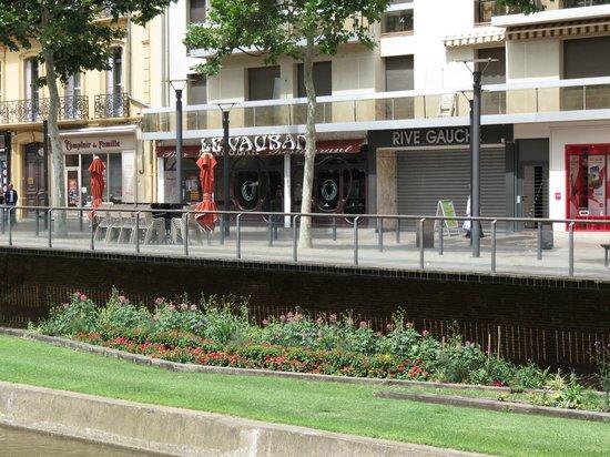 LE VAUBAN : Morning view of Le Vaubon from across the canal
