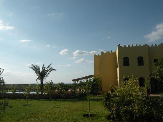 Riad Le Ksar de Fes : a gauche la piscine