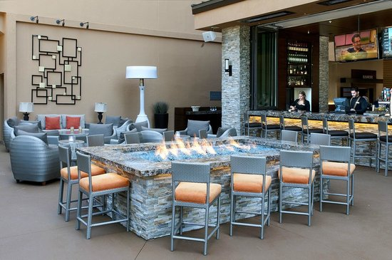 San Diego Marriott La Jolla: Outside dining by the Fire Pit.