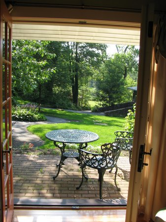 Rocky Springs Bed & Breakfast: Side Patio