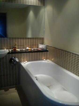 Holiday Inn Dumfries : bath in executive room
