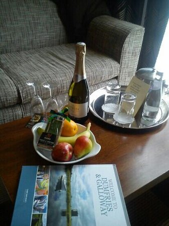 Holiday Inn Dumfries : prosecco, fruit and chocs