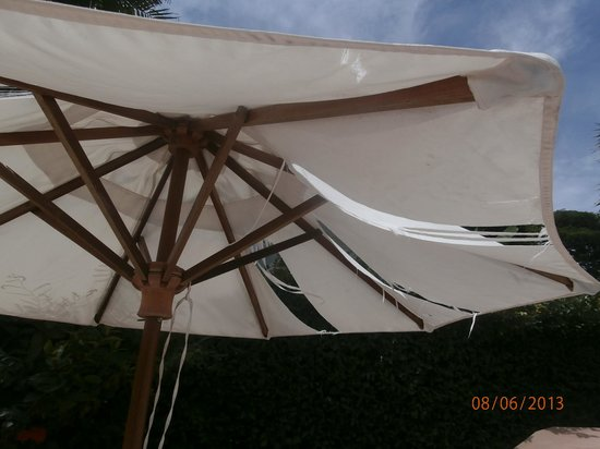 Sailom Hotel: Torn sun shade !
