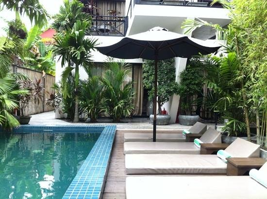 Kia Kaha Villa: pool and room 01