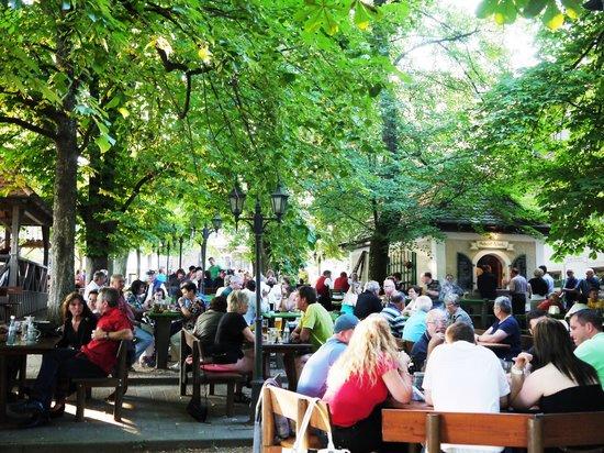 Gasthof Schiller: Sonntags bei uns im Biergarten