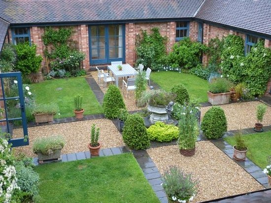 The Coach House: The beautiful courtyard