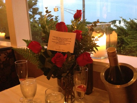 Pier House : roses delivered to table