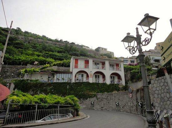 Hotel Maison Raphael: Hotel street view