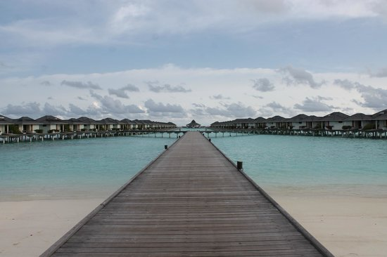 Sun Island Resort: The water bungalows and the Thai restaurant at the end.