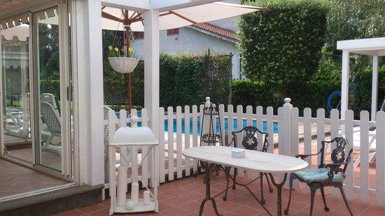 La Villetta Suite: Ontbijtterras, en het zwembad
