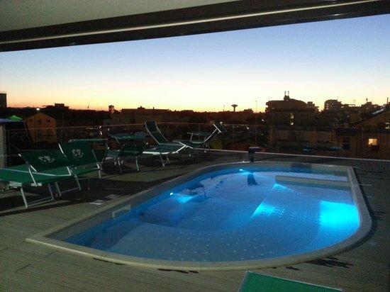 La piscina idromassaggio sul tetto foto di milano resort bellaria igea marina tripadvisor - Hotel con piscina bellaria ...
