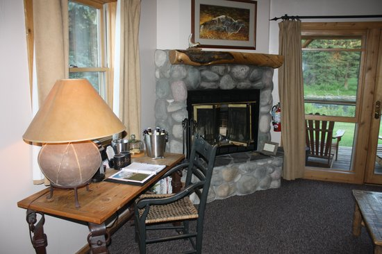 Rainbow Ranch Lodge: Cozy rock fireplace with great view