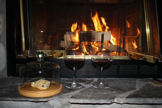Rainbow Ranch Lodge: Cookies and wine by the fire