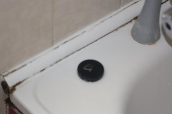 Travelodge Chippenham Leigh Delamere Eastbound: Mould and Mildew in bathroom