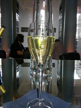 Pommery Champagne Cafe Bar: A Glass of lovely Bubbly