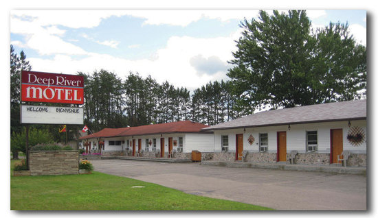 Deep River Motel : Front View