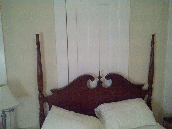 Vanessa Noel Hotel: busted off bedposts with mystery door behind bed