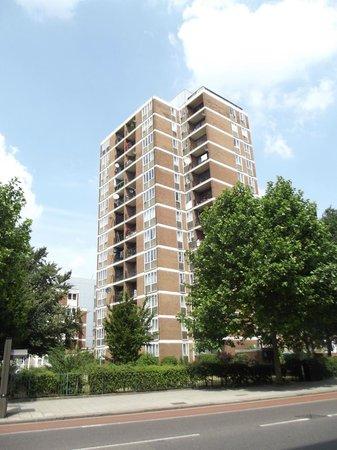 London City Hotel: Immeuble dans lequel se trouve un appartement, au rez-de-chaussée.
