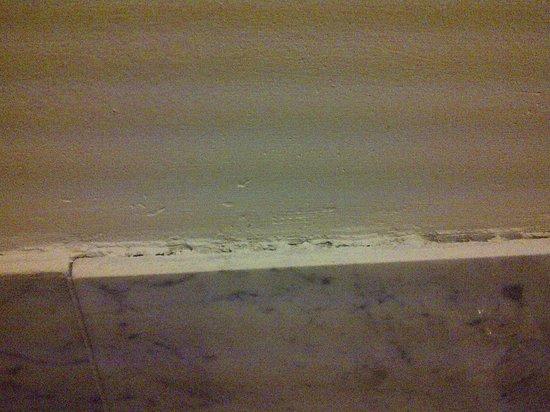 Vanessa Noel Hotel: marble falling off wall, no caulking