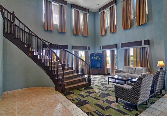 Quality Inn and Suites: Lobby with Seating Area