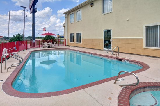 Quality Inn and Suites: Outdoor Pool