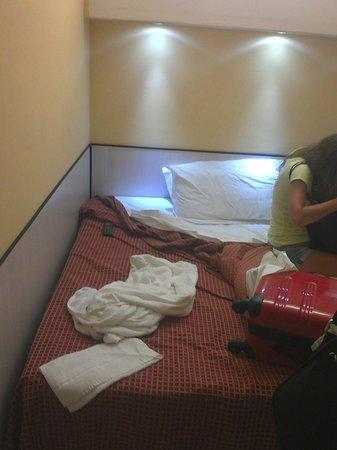 Letto matrimoniale appiccicato al muro - Bild von Hotel Lugano ...