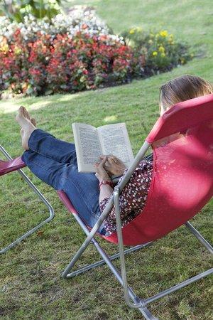 Auberge de La Sélune : Détente dans le jardin