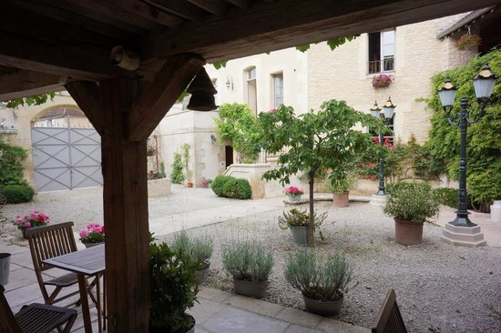 Hôtel Auberge de la Beursaudière : The courtyard from the room