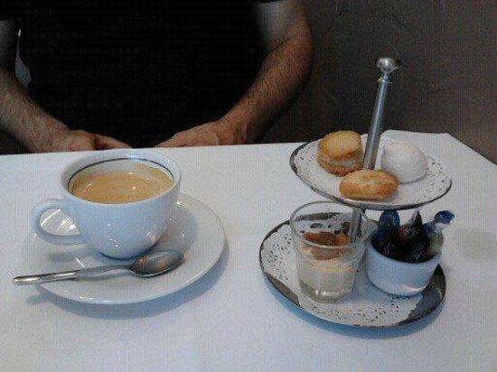 FREDERIC MAQUIN : café servi avec ses mignardises