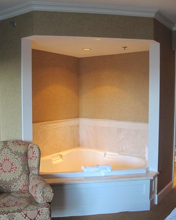 Wedgewood Hotel & Spa: Corner tub