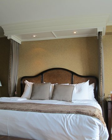 Wedgewood Hotel & Spa: Big bed
