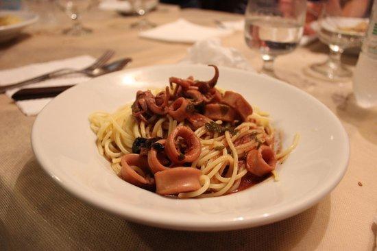 Trattoria L'Orologio: Spaghetti calamari e olive nere