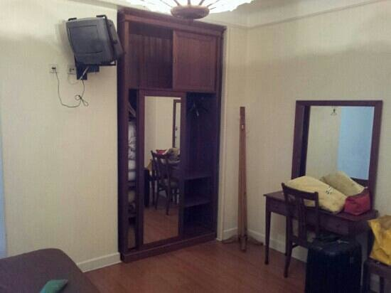 Hotel Peninsular: armadio e tv ultima generazione...