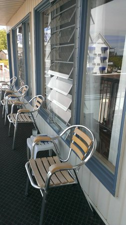 Blue Bay Motel : Nice spot to sit, relax and enjoy the view!!