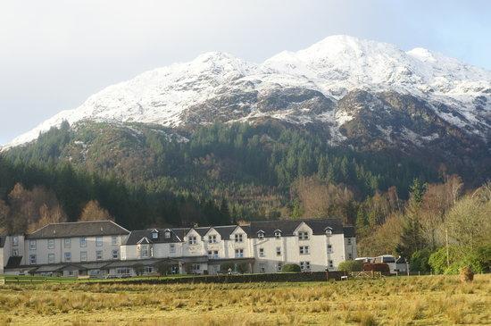 Loch Achray Hotel: hotel and mountain