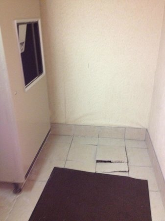 Baymont Inn & Suites Traverse City: Loose tile in front of Ice Maker