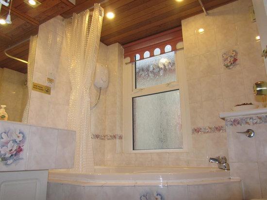 Adelpha Guesthouse: Bathroom