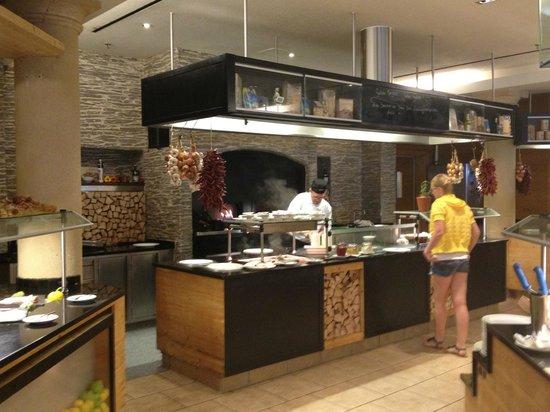 A-ROSA Resort Kitzbühel: Servicetheke beim Frühstück
