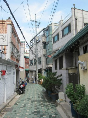 Haemil Hanok Guesthouse: the alleyway leading up to the guesthouse (turn right at end of the alleyway)