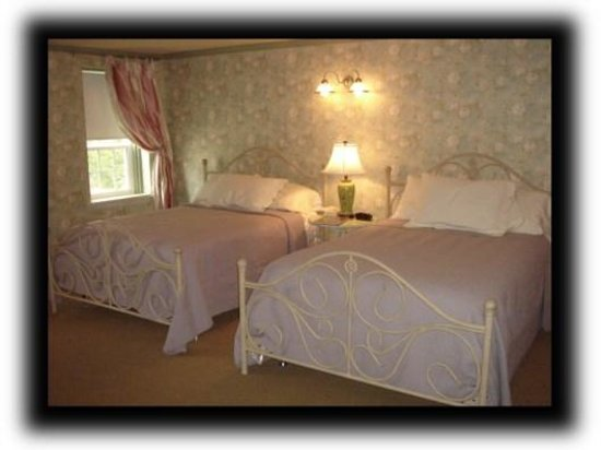 Zuber's Homestead Hotel: Two double beds