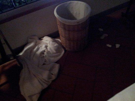 One World Apartments : pañuelos, salva slips y palillos de los oidos por el suelo de la habitación