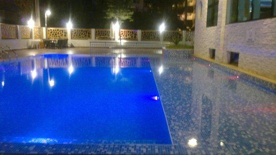 Supreme Hotel Marmaris : Pool at night - lovely.