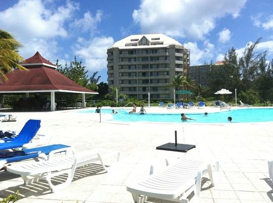 The Towers at Mullet Bay: hotel and pool